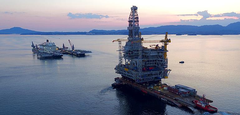 Single-lift vessel Pioneering Spirit installs 22,000 ton