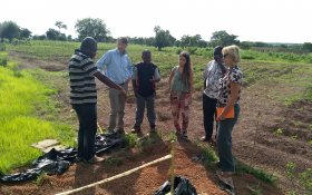 TWIGA-members discussing the measuring in the soil temperature as an indicator for evaporation.