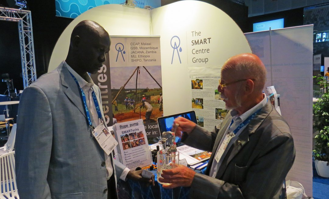 Director general Peter Mahal Dhiet Akat of South Sudan and Henk Holtslag at the booth of Smart Centre Group