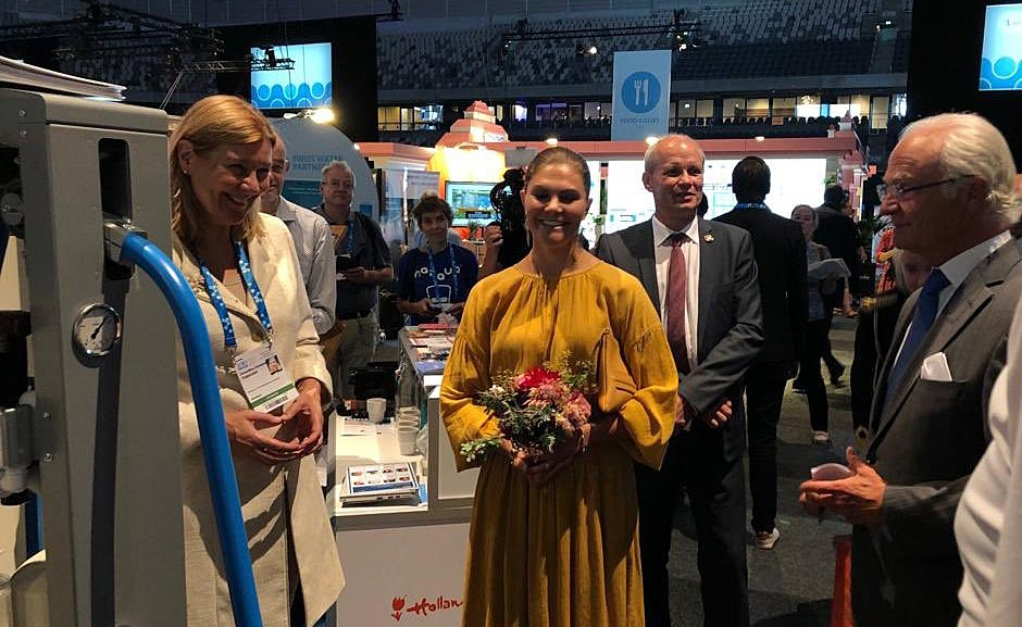Swedish king Gustav and crown princess Victoria visiting the Dutch pavilion