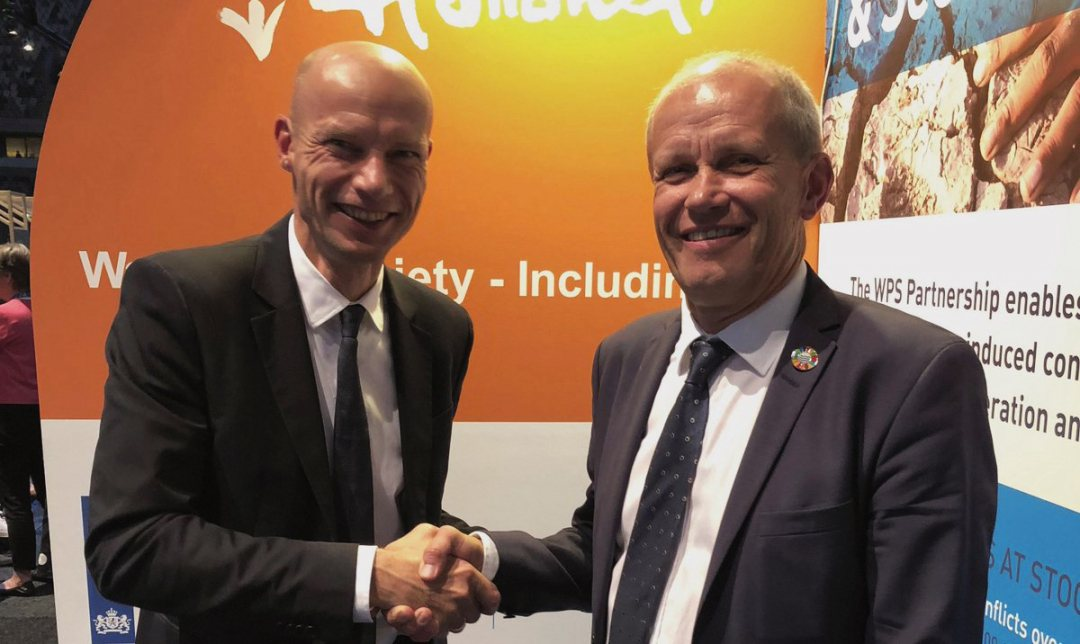 Hrnk Ovink and Torgny Holmgtrn shake hands on the new partnership between SIWI and the Dutch government