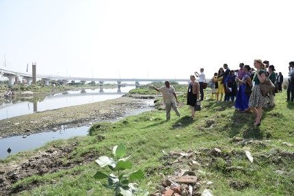 Dutch king and queen at the extremely polluted Barapullah Drain in New Dehli.