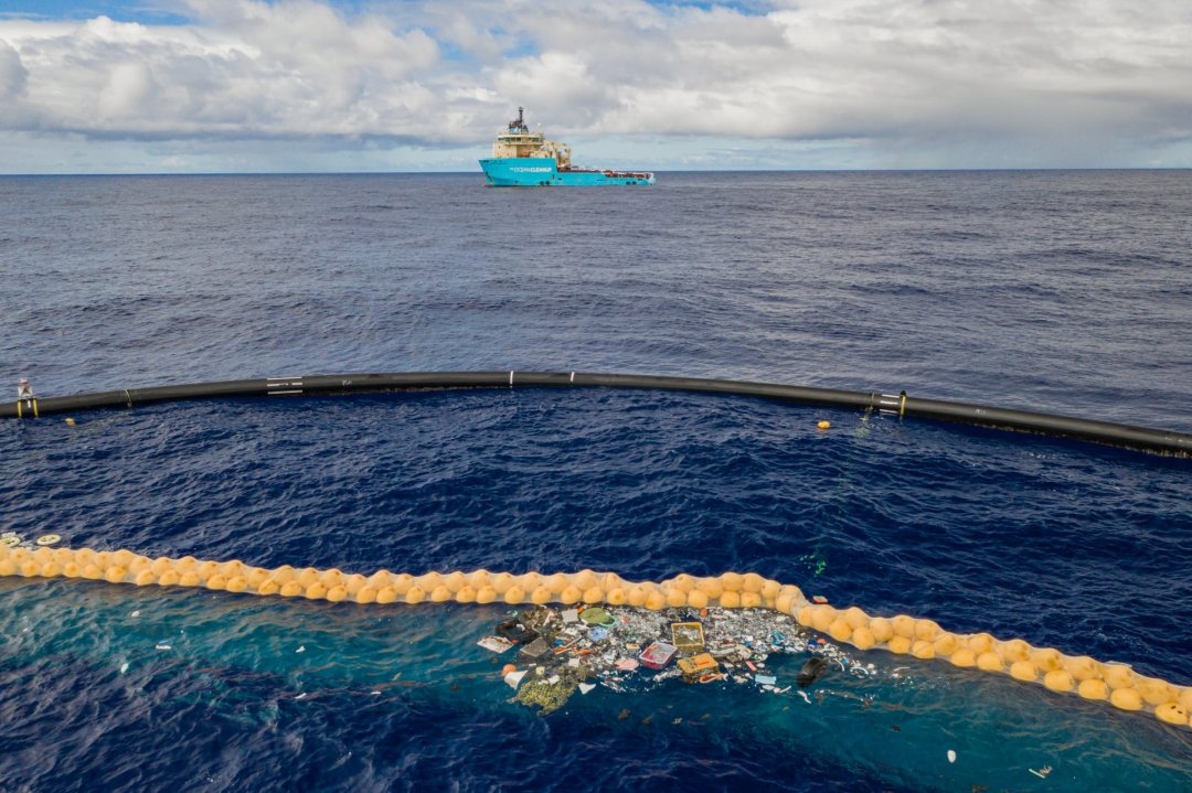 Extended cork line and U-shaped floating barrier of Ocean Cleanup in Pacific Ocean