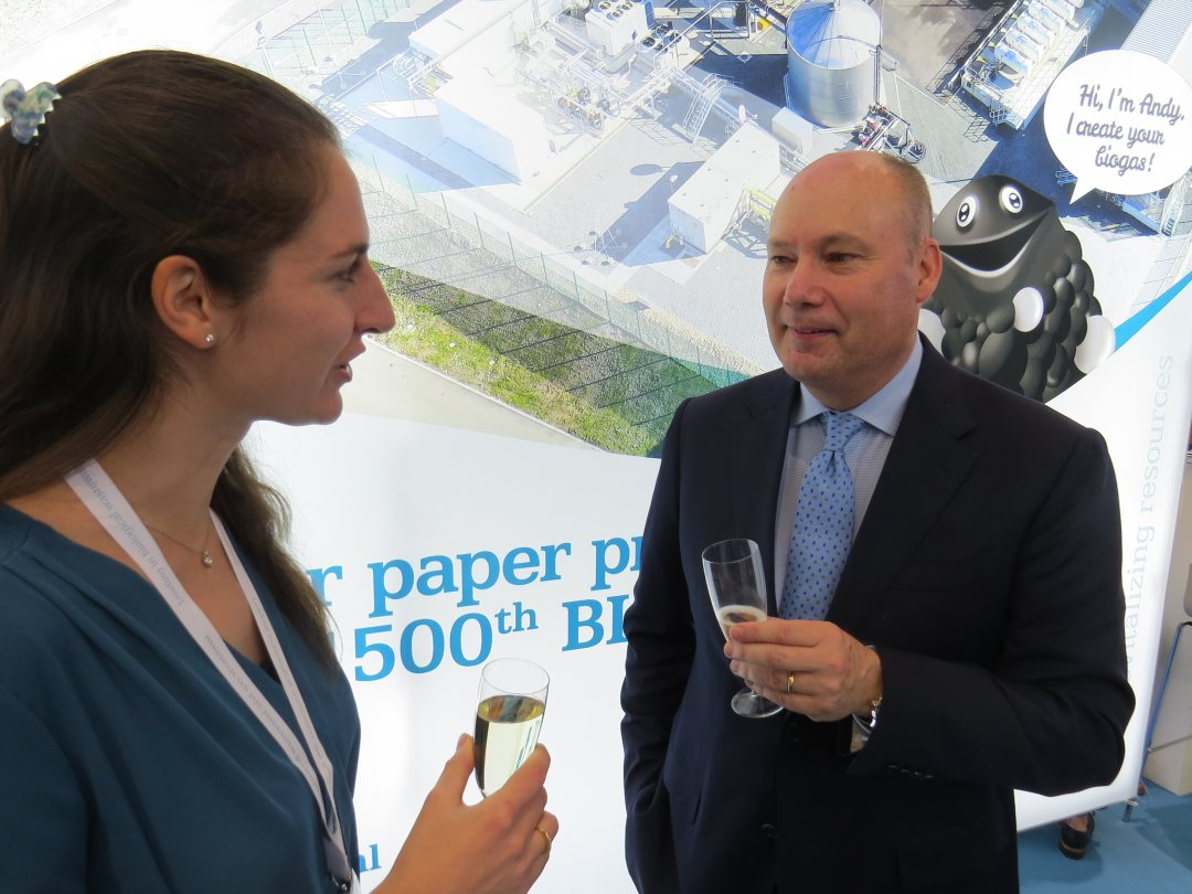 CEO Stephan Bocken of Paques and Jelena Brown of DS Smith celebrating the delivery of the 1500th Biopaq waste water treatment plant.